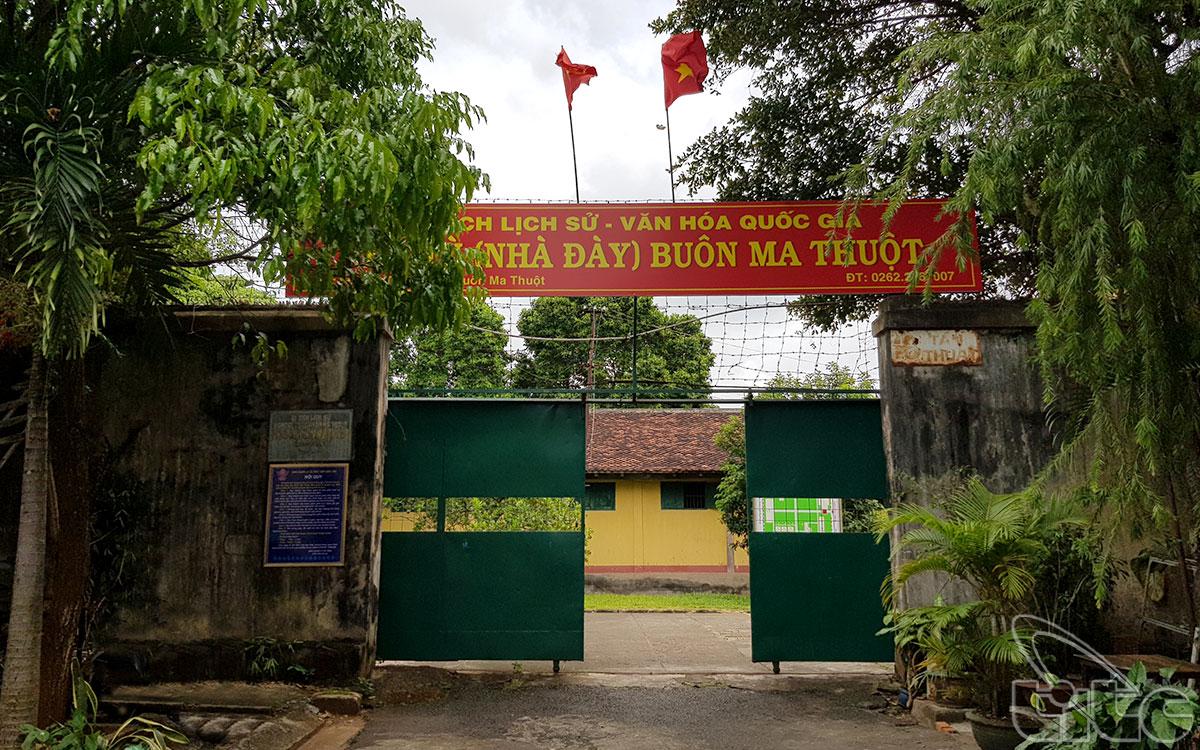 Nhà Đày Buôn Ma Thuột tọa lạc tại số 17 Tán Thuật, phường Tự An, Tp. Buôn Ma Thuột, cách trung tâm thành phố chừng 1 km về phía Đông Nam.