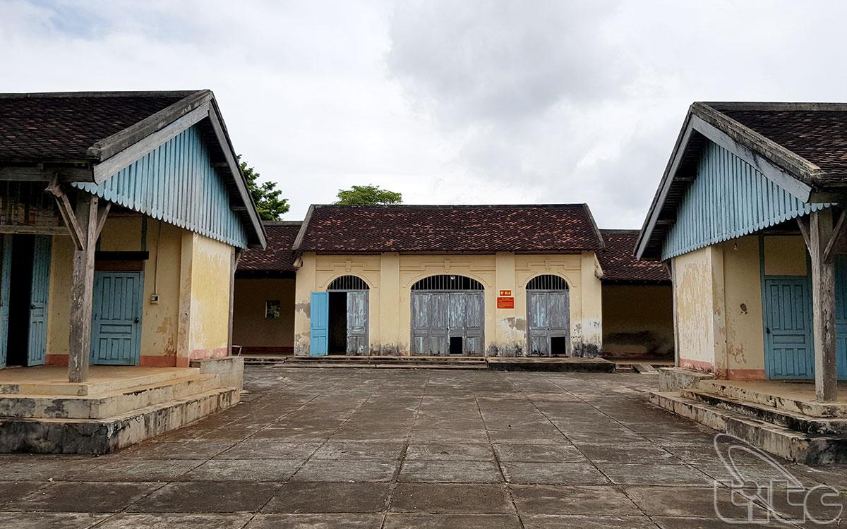Nhà Đày được xây dựng với tổng diện tích gần 2ha, với 4 bức tường bao quanh cao 4m, dầy 40cm, 4 góc đều có vọng gác và có lính canh 24/24 giờ.