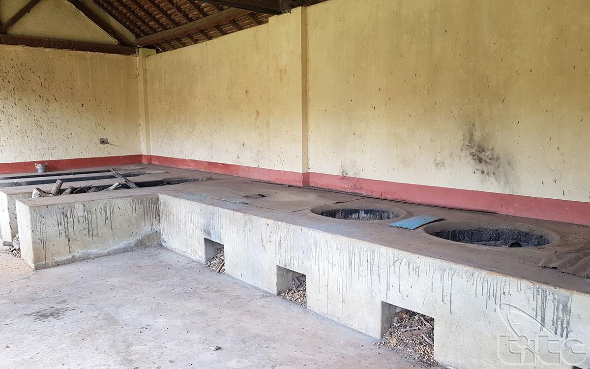 Phía trong có 6 dãy lao tập thể giam giữ tù nhân, cánh cổng duy nhất được mở ra hướng Nam,