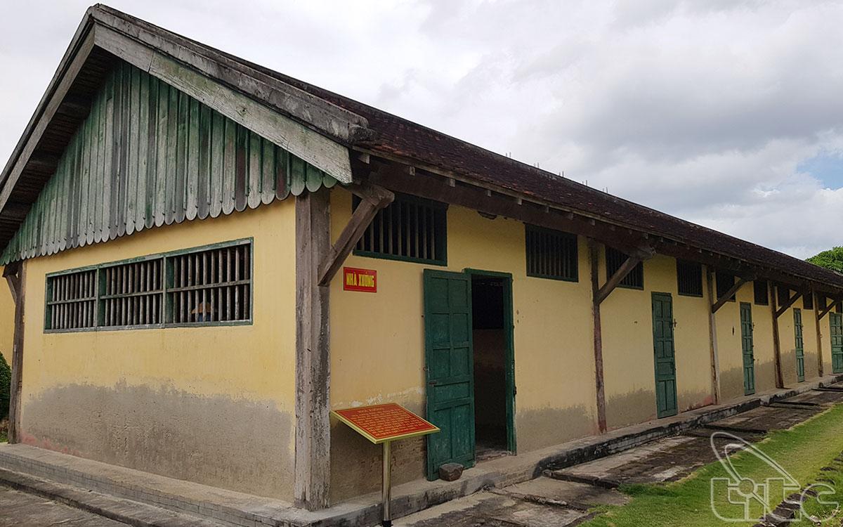 Đây là kiểu bố trí nhà tù truyền thống của thực dân Pháp, mục đích tạo không gian khép kín để giám sát tù nhân một cách hiệu quả.