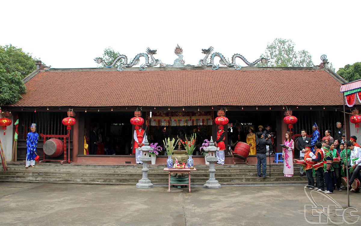 Đình Đông Dư Hạ nằm về phía Đông Bắc, cách trung tâm thủ đô Hà Nội khoảng 9 km, thuộc thôn Đông Dư Hạ, xã Đông Dư, huyện Gia Lâm, ngoại thành Hà Nội.
