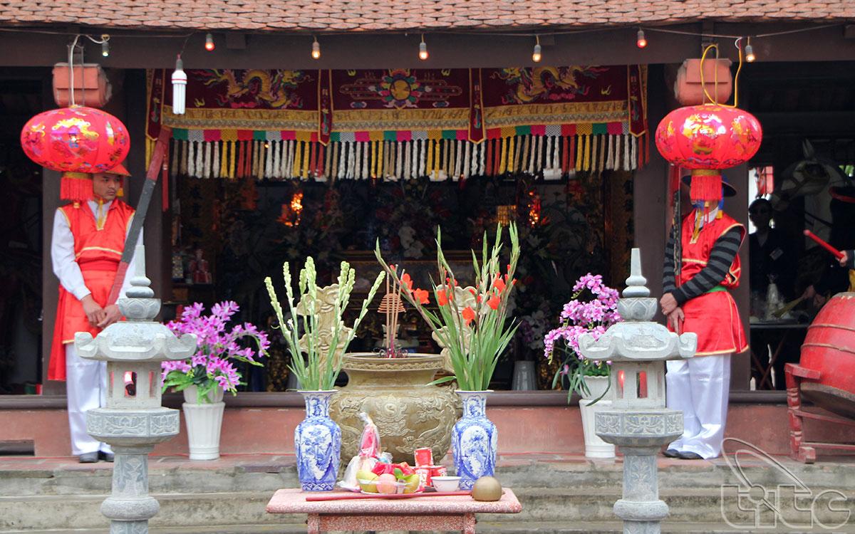 Đình Đông Dư Hạ tôn thờ ba vị Thành hoàng làng là thần Cao Sơn Đại Vương, thần Linh Lang Đại Vương và thần Bạch Đa.