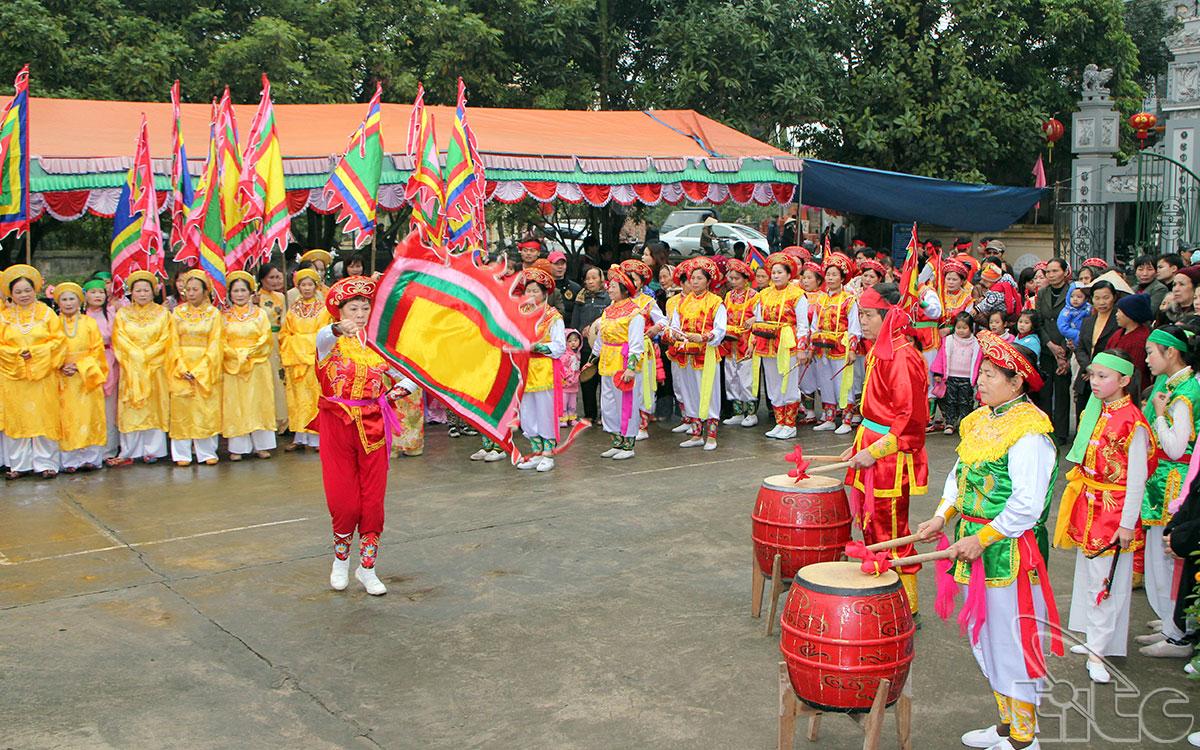 Hội Đông Dư Hạ diễn ra từ ngày mồng 7 đến ngày 13 tháng Hai âm lịch. Mở đầu hội là lễ lấy nước trên sông Hồng và rước nước từ bến sông về đình để tế lễ. Sau đó là các trò chơi, độc đáo nhất là các cuộc đấu kiếm, đấu quyền, múa khiên.