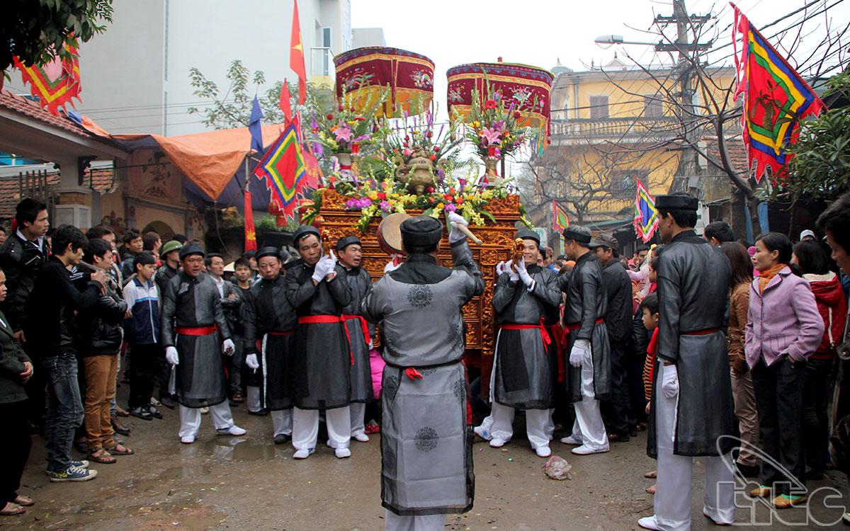 Đình La Dương được xây dựng từ thời vua Hùng Vương thứ 17, thờ ba anh em Minh Tuất Đại Vương là Minh Tuất Nhất Long, Nhị Long và Tam Long