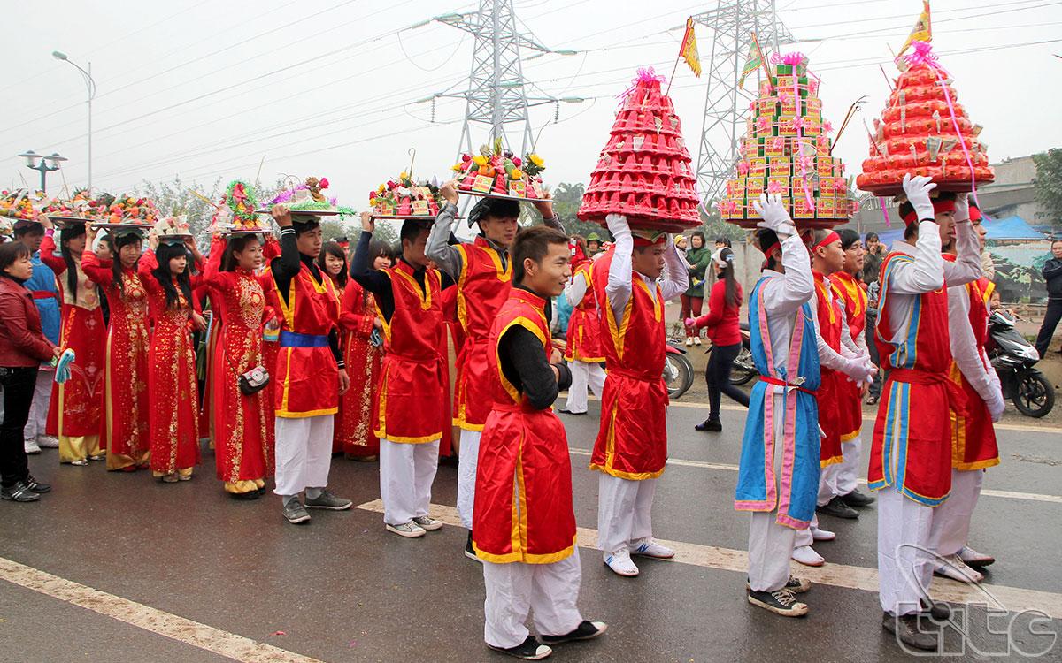 Lễ hội đình La Dương được tổ chức trong năm ngày, từ 10 đến 15/ 3 âm lịch hàng năm, để tưởng nhớ Tam vị Thành Hoàng đã có công lập đất và đánh giặc ngoại xâm