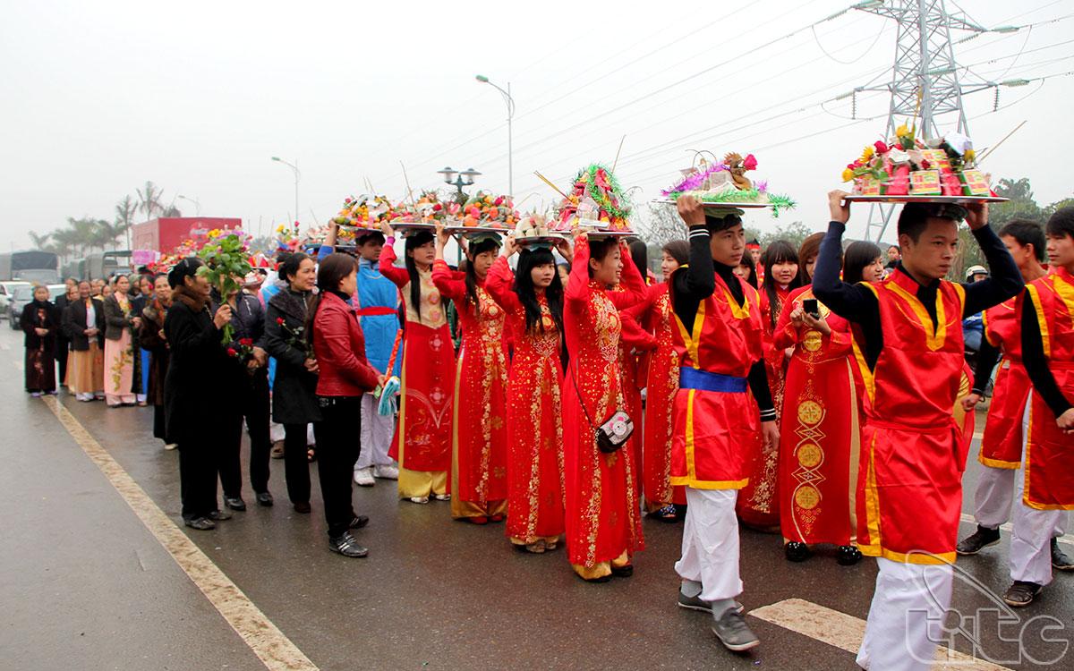 Lễ hội ngoài phần lễ rước kiệu, tế lễ, còn có rất nhiều trò chơi, hoạt động văn hóa như: múa sư tử, múa sênh tiền, hát quan họ, hát chèo, hát văn, thi cờ tướng, chọi gà … thu hút rất đông nhân dân và du khách thập phương cùng tham dự