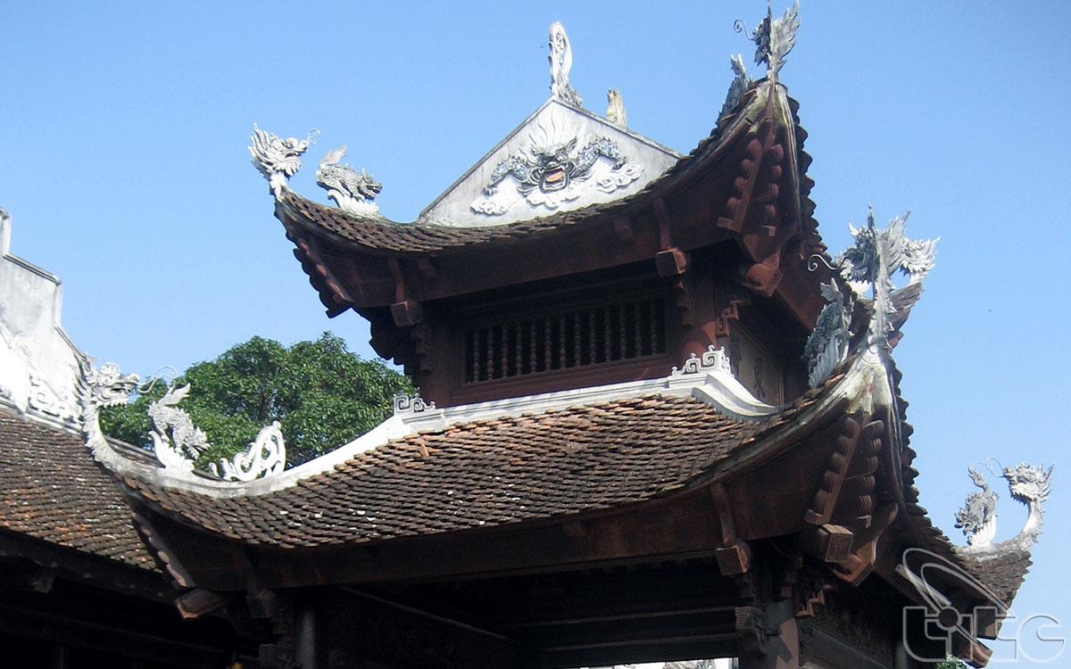 Kiến trúc đền được trang trí theo các điển tích: Long, Ly, Quy, Phượng cùng các bức phù điêu, bức trướng, câu đối sơn son, thếp vàng lộng lẫy.