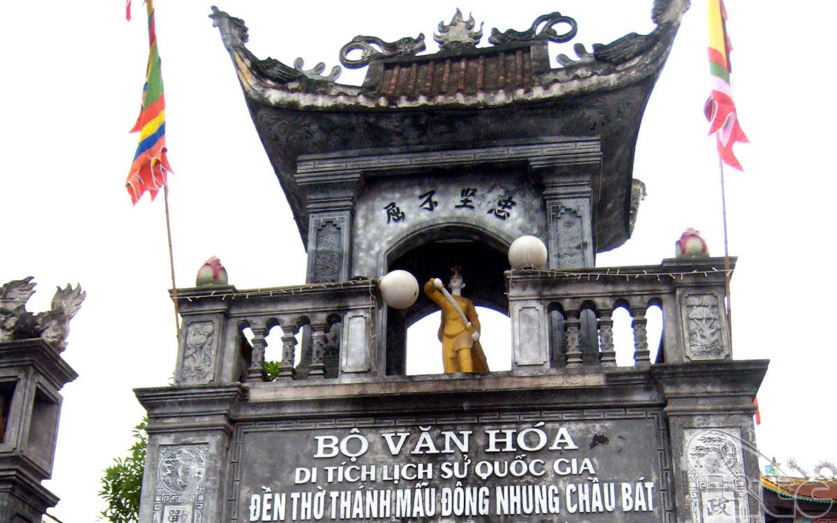 Đền Tiên La được xây tại gò Kim Quy (nằm giữa thôn Tiên La) theo đúng nguyên mẫu kiến trúc cổ (Tiền nhất, Hậu đinh), từ cột, kèo đến đao mái uốn cong với kiểu dáng Lưỡng Long Chầu Nguyệt, trên diện tích gần 6.000m²