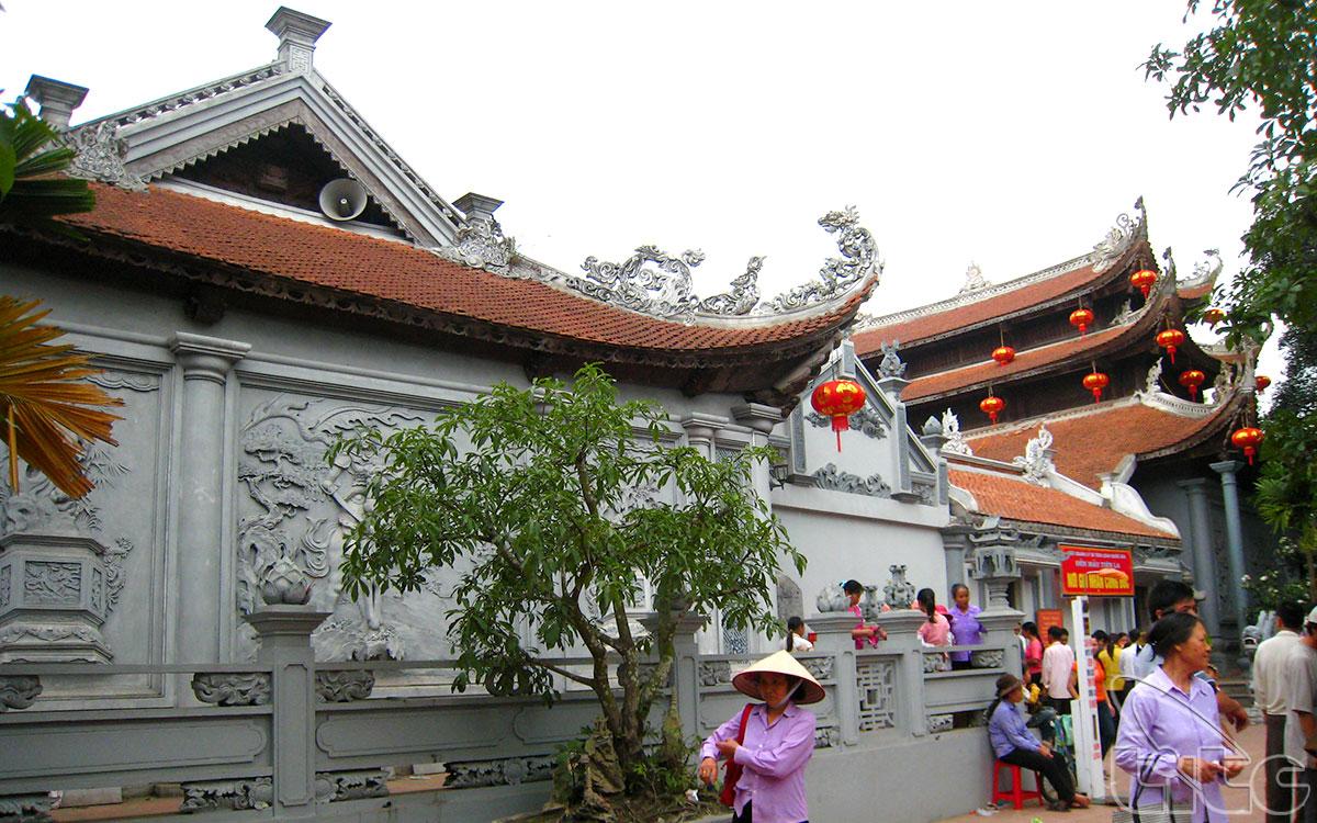 Qua tam quan ngoại, sân đền là đến tam quan nội, hai bên có lầu cậu, lầu cô