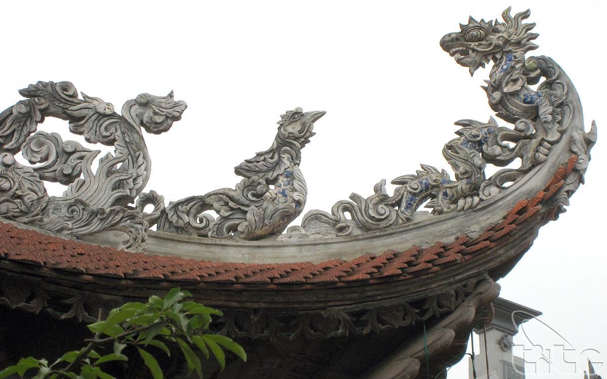 Hệ thống mái đền, cột, kèo được chạm khắc rất tinh xảo, trong đó 4 cột cái chạm tứ linh, 12 cột quân chạm long vân...