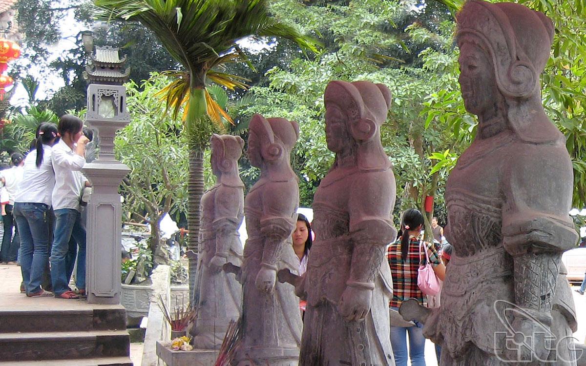 Trong sân đền có những bức tượng binh lính nữ mặc giáp bằng đá rất uy nghiêm