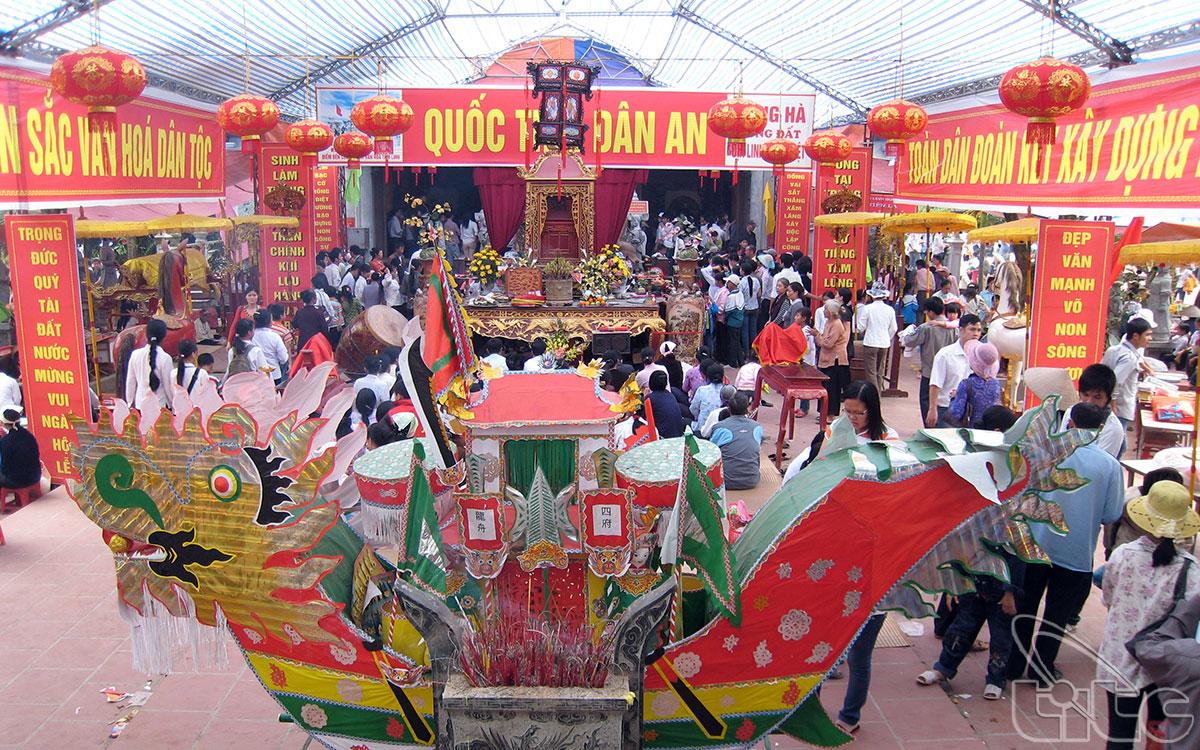 Nhân dân cùng du khách thập phương về dự lễ hội đền Tiên La
