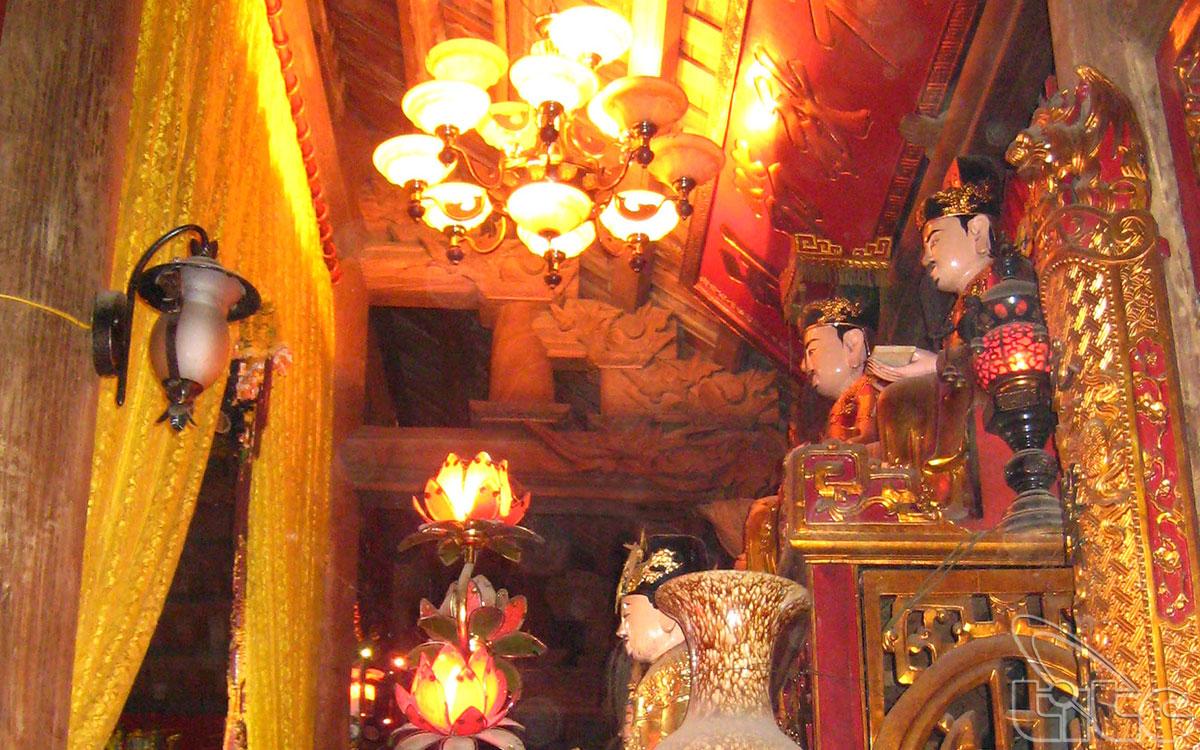 Gian bên trái thờ thân phụ, gian bên phải thờ thân mẫu của Bà. Trên nóc Hậu cung treo bức đại tự đề bốn chữ: Vạn Cổ Anh Linh