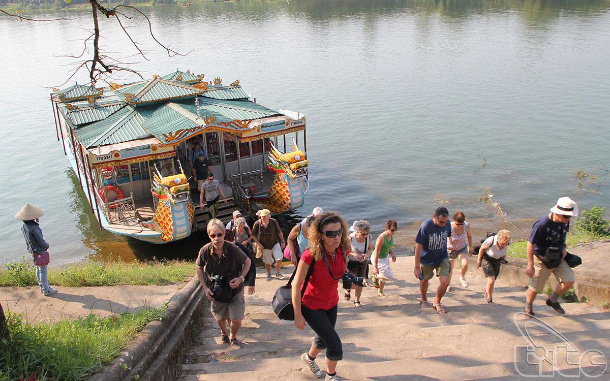Chùa Thiên Mụ hay còn gọi là chùa Linh Mụ là một ngôi chùa cổ nhất của Huế, tọa lạc trên đồi Hà Khê và nằm bên bờ sông Hương thơ mộng, cách trung tâm thành phố Huế khoảng 5km về phía Tây.