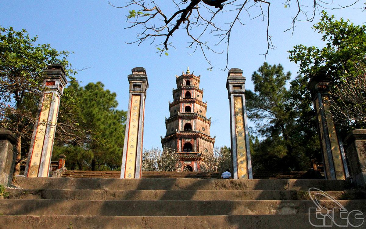 Từ bến sông Hương nhìn lên chùa, sẽ thấy ngay Tháp Phước Duyên đứng ngay giữa sân, trước cổng chùa, oai nghiêm cao vút vươn lên trời.