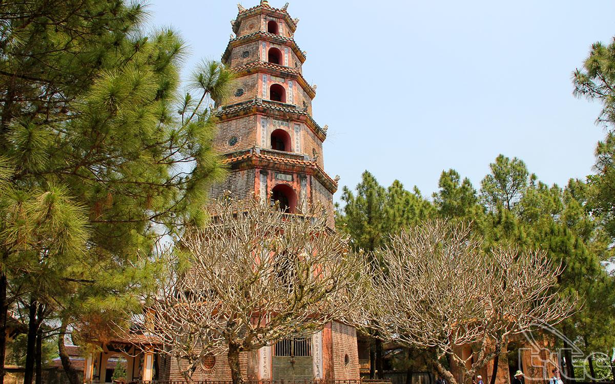 Tháp được vua Thiệu Trị cho xây dựng vào năm 1844, hình bát giác cao 21 mét bao gồm 7 tầng, mỗi tầng đều có những tượng Phật đặt bên trong.