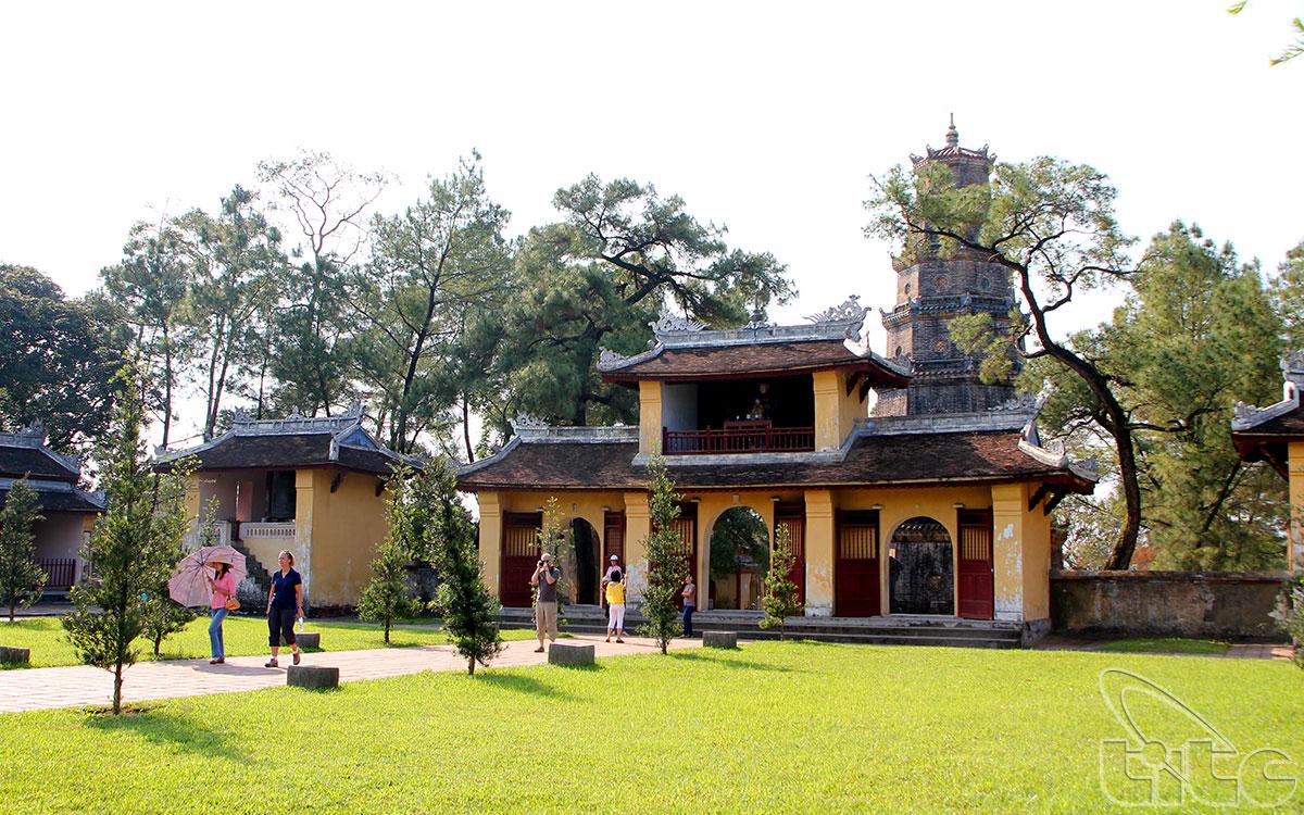 Cổng chùa Thiên Mụ và Tháp Phước duyên nhìn từ trong ra