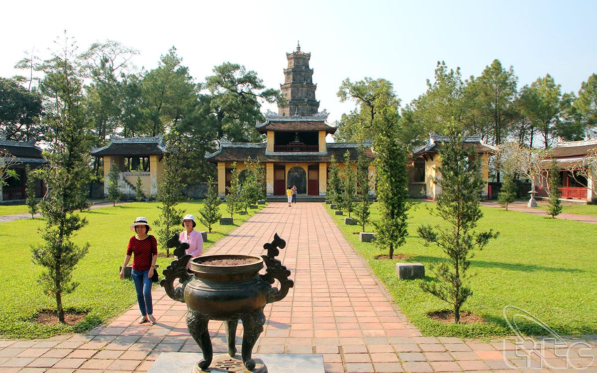 Cổng Tam quan chùa Thiên Mụ được nhìn từ phía chính điện
