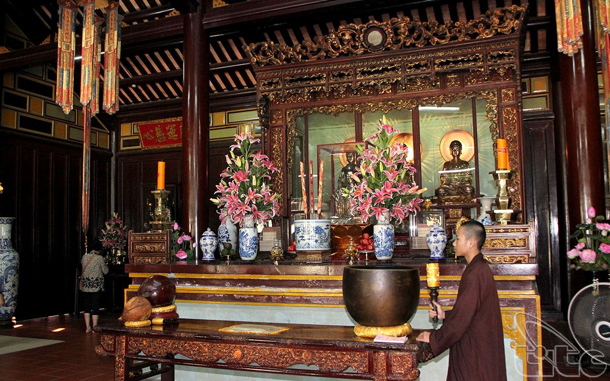 Ban thờ Phật của điện Đại Hùng với những đường nét kiến trúc cổ kính thâm nghiêm, nhẹ nhàng thanh thoát.