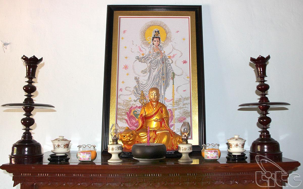 Ban thờ Quan Âm Bồ Tát trong điện Quan Âm chùa Thiên Mụ
