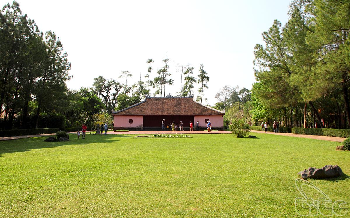 Xung quanh chùa là khuôn viên với các cây xanh cùng vườn hoa cỏ tươi tốt, được chăm sóc hàng ngày