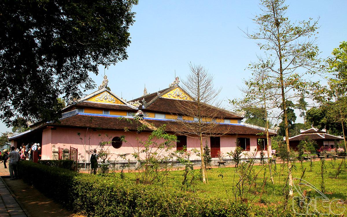 Hai bên chùa có nhà trai, nơi các sư tĩnh dưỡng và nhà khách để đón khách đến vãn cảnh chùa.
