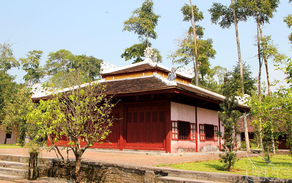 Trong sân vườn của nhà chùa cũng trồng rất nhiều thông tạo bóng mát với phong cảnh nên thơ.