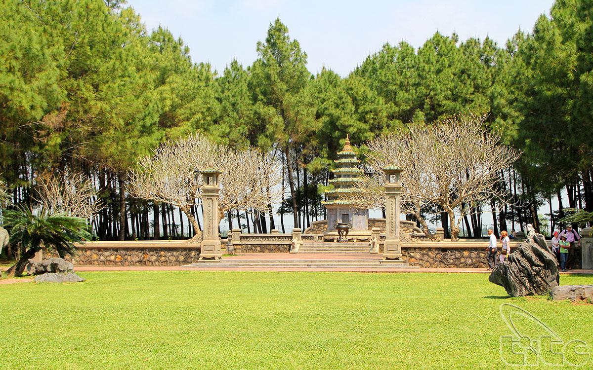Cuối khu vườn là khu mộ tháp của cố Hòa thượng Thích Đôn Hậu - vị trụ trì nổi tiếng của chùa Thiên Mụ, người đã cống hiến cả cuộc đời mình cho những hoạt động ích đạo giúp đời.