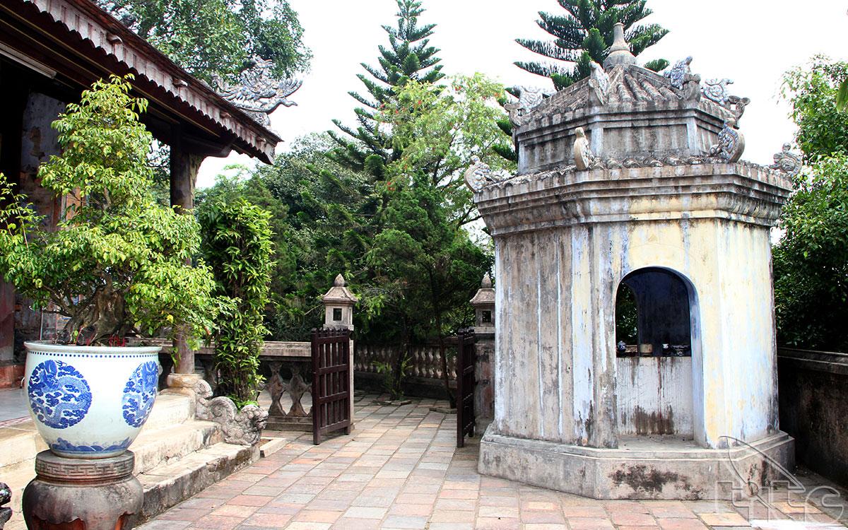 Ðiện Hòn Chén là nơi ngày xưa người Chàm thờ nữ thần PoNagar, sau đó người Việt theo Thiên Tiên Thánh Giáo tiếp tục thờ bà với danh xưng là Thánh Mẫu Thiên Y A Na.