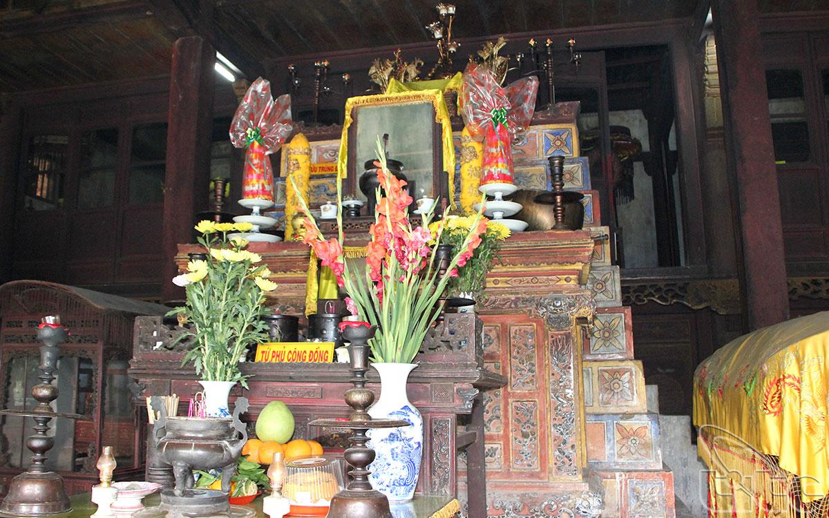 Từ năm 1954, Liễu Hạnh Công Chúa, tức là Vân Hương Thánh Mẫu cũng được đưa vào thờ ở đây.
