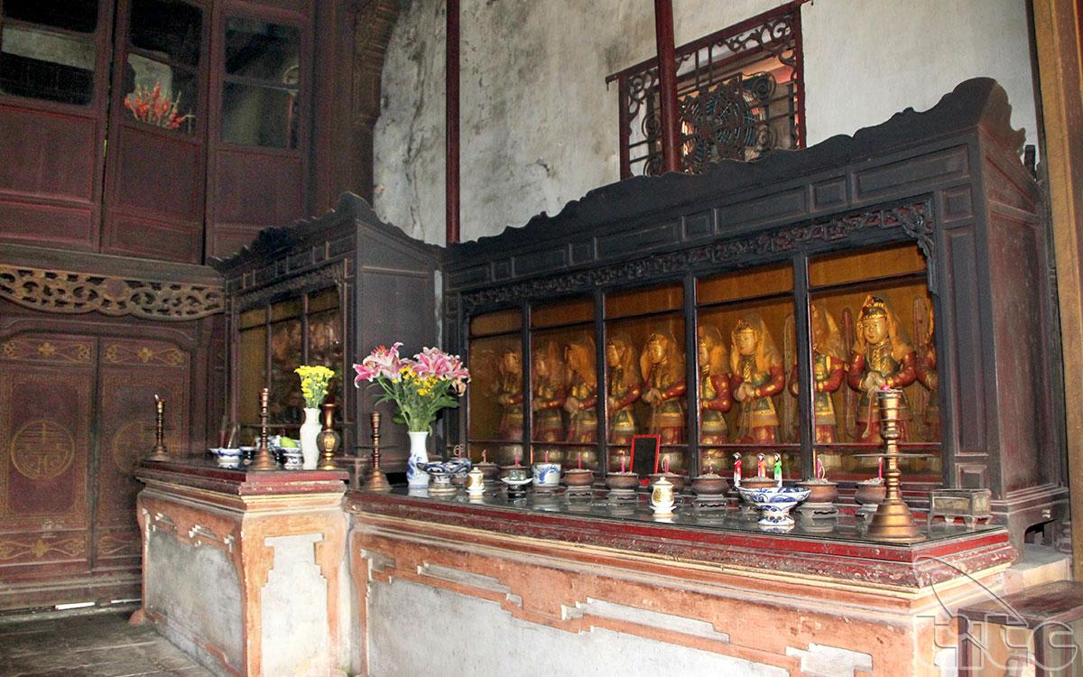 Ngoài ra, tại điện Hòn Chén, người ta còn thờ Phật, thờ Thánh Quan Công và hơn 100 vị thần thánh khác thuộc vào hàng đồ đệ của các thánh thần nói trên.