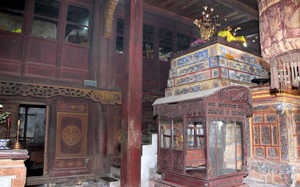 Điện Hòn Chén có khoảng 10 công trình kiến trúc xinh xắn của ngôi đền đều nằm ở lưng chừng sườn đông nam thoai thoải của ngọn núi, ẩn mình dưới bóng dâm của một khóm rừng cổ thụ tán lá xum xuê.