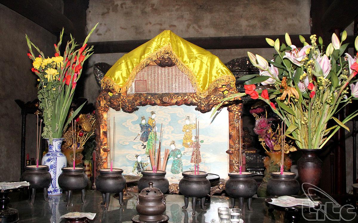 Tại điện Hòn Chén, ngay trước ban thờ trong Thượng Cung, có ngự bút của vua Đồng Khánh.