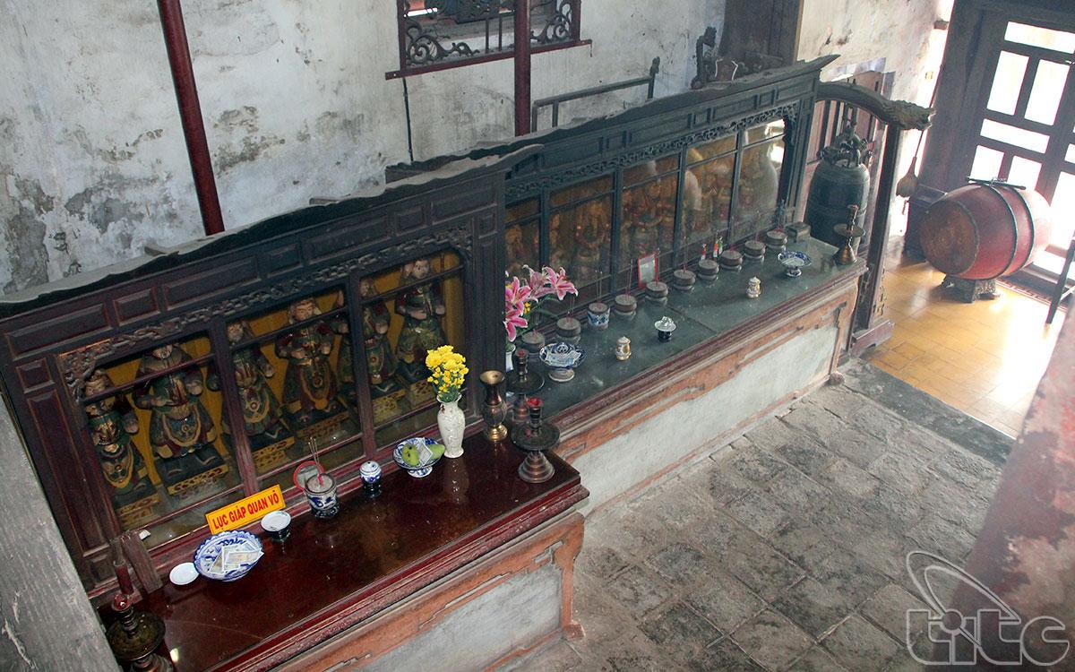Tầng trên thờ Thánh Mẫu Thiên Y A Na, Thánh mẫu Vân Hương, ảnh vua Ðồng Khánh và một số thần thánh cao cấp khác trong tôn giáo. Tầng dưới dùng làm chỗ tiếp khách và nơi ở của người thủ từ...