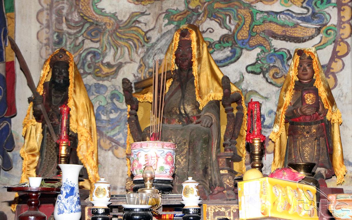 Tượng thờ Thánh Mẫu tại điện Hòn Chén