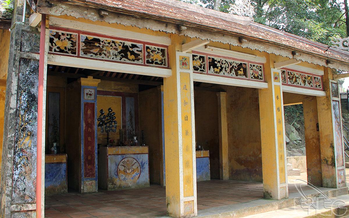 Điện Hòn Chén linh thiêng có vị trí quan trọng trong đời sống tinh thần của người dân xứ này và cũng là ngôi điện duy nhất ở Huế có sự kết hợp giữa nghi thức cung đình và tín ngưỡng dân gian