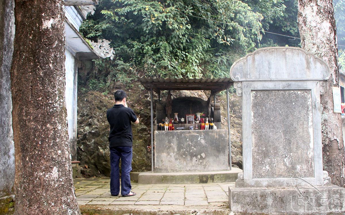 Trên mặt bằng kiến trúc ấy, còn có một số bệ thờ và am nhỏ khác nằm rải rác đó đây, như Am Cô Ngọc Lan, Am Trung Thiên…