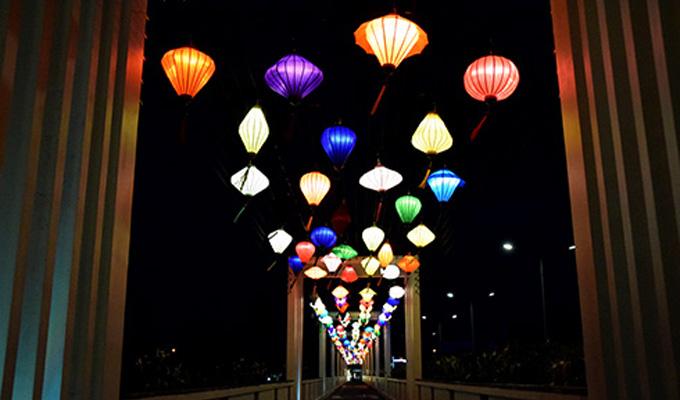 Nha Trang mở cửa cầu đèn lồng đầu tiên ở phố biển